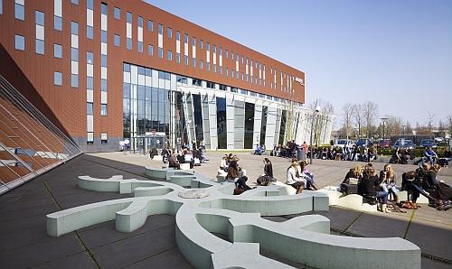 Hof mit Studenten vor dem Gebäude der Avans