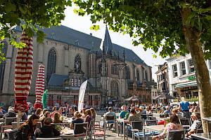 Kirche in Zwolle mit Studenten im Cafe