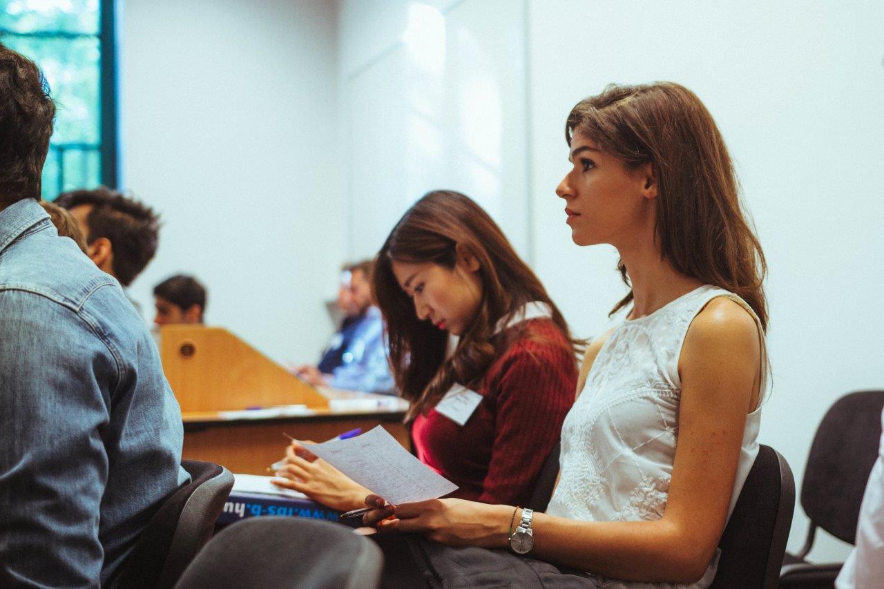Studentin der IBS in Vorlesung
