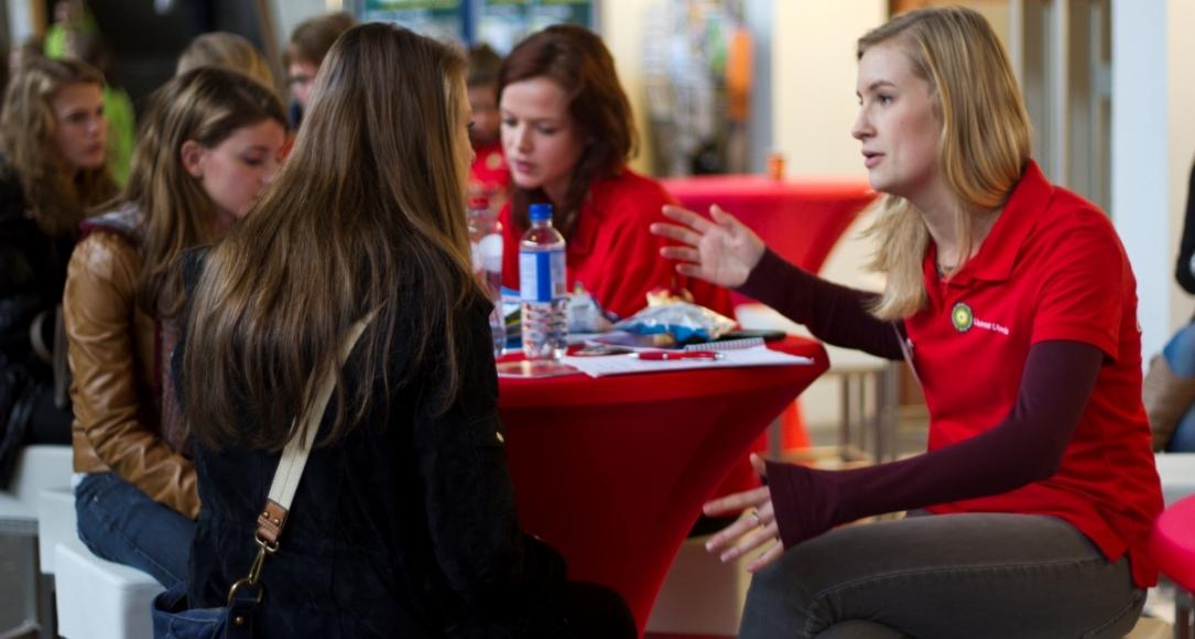 Studenten und Interessierte beim Tag der offenen Tür an der Uni Utrecht