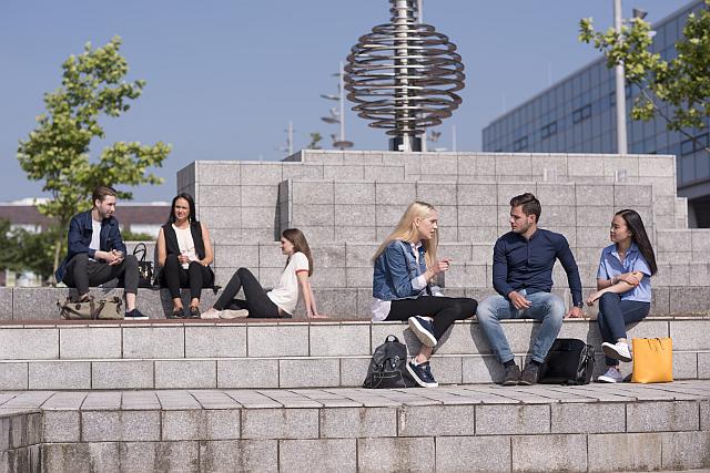 Studenten NHL Stenden University of Applied Sciences sitzen auf Stufen