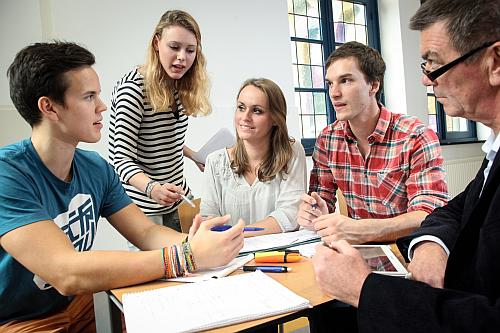 Studenten und Professor des Studiengangs International Business an der Uni Maastricht