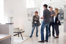 4 Design Studenten der Freie Uni Bozen stehen vor Design-Projekt