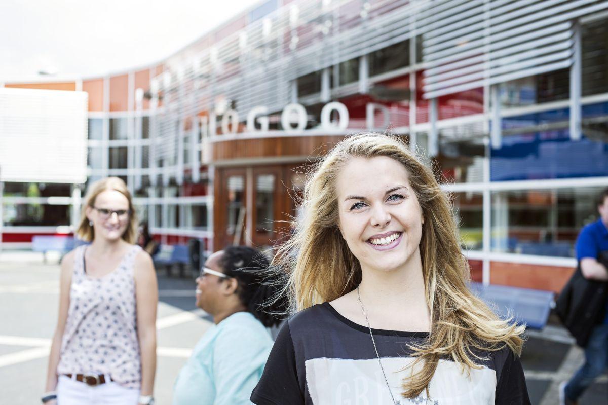 Studenten vor dem Gebäude der HZ University of Applied Sciences